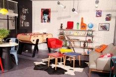 Baby foot, lettres néon, papier peint pierres de parement, chaises tolix